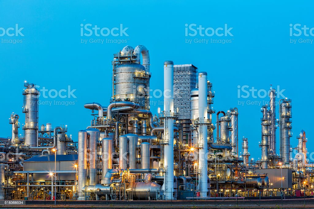 Petrochemische Fabrik beleuchtet bei Dämmerung – Foto