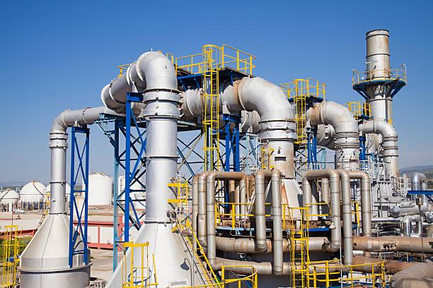 petrochemische fabrik - destillationsturm stock-fotos und bilder