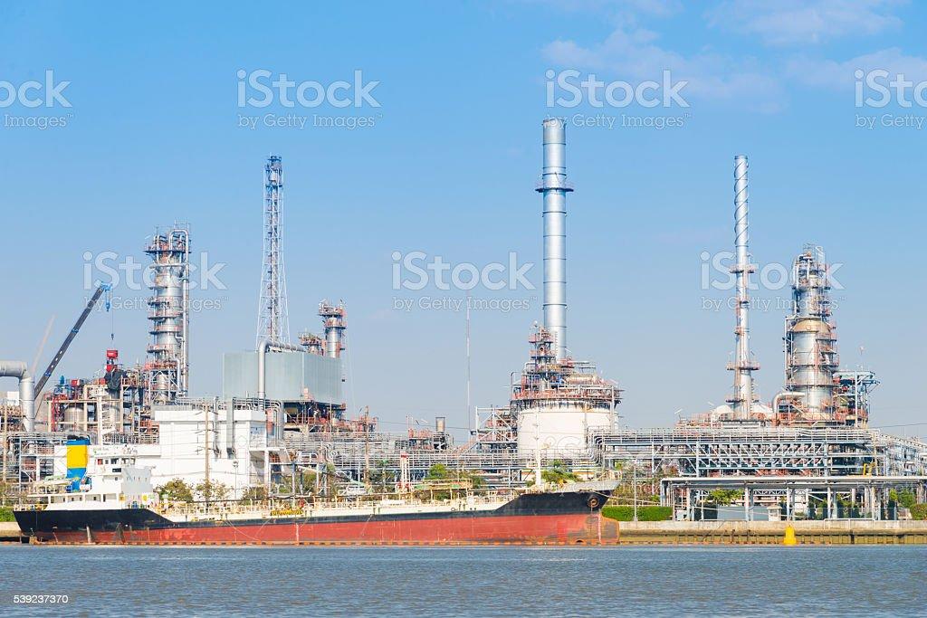 Planta petroquímica tower y la refinería de petróleo en el día de la industria foto de stock libre de derechos