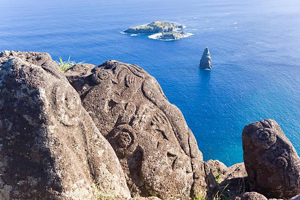 petroglyph of birdman on easter island chile - mağara resmi stok fotoğraflar ve resimler