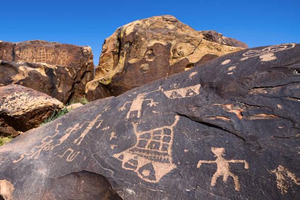 petroglif - mağara resmi stok fotoğraflar ve resimler
