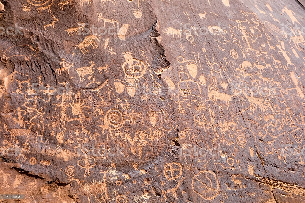 Petroglyphs at Newspaper Rock State Historic Monument in Utah Un stock photo