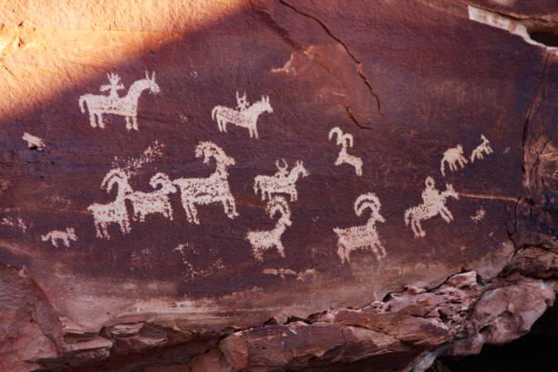 büyük horn koyun petroglifler tasvir - mağara resmi stok fotoğraflar ve resimler