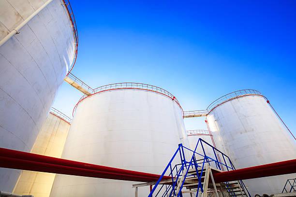 petroleum storage tank and stairs - brandstoftank stockfoto's en -beelden