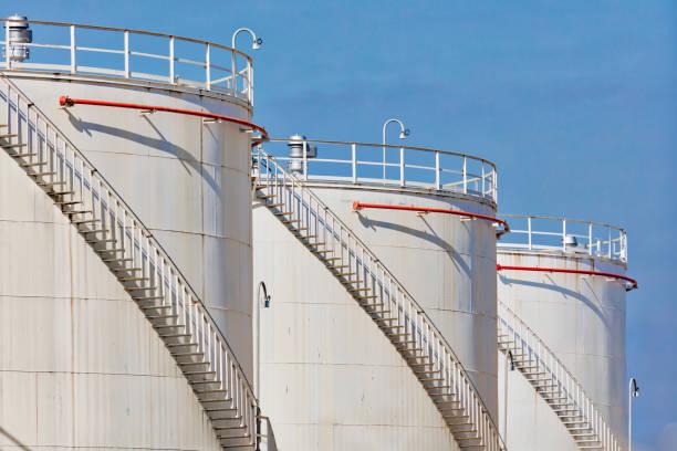 olie opslagtanks - brandstoftank stockfoto's en -beelden