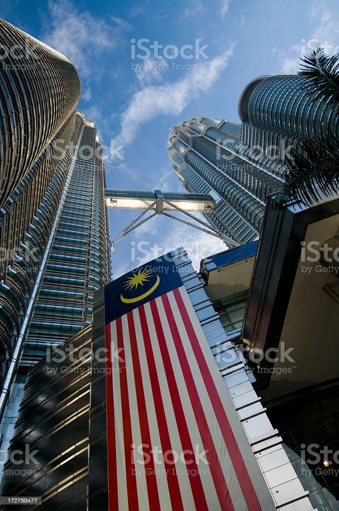 Torres Petronas acima Bandeira Malaia - foto de acervo