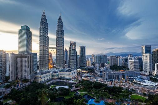 Petronas Towers In Kuala Lumpur Stockfoto und mehr Bilder von Abenddämmerung