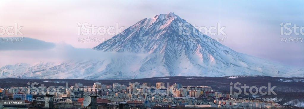 Petropavlovsk-Kamchatskiy. Stadt in der Nähe von großen Vulkan – Foto