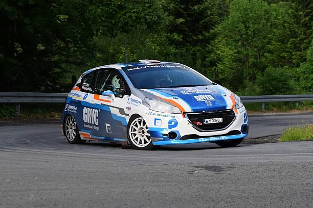 peugeot 208 fahren sie auf der straße - rally stock-fotos und bilder