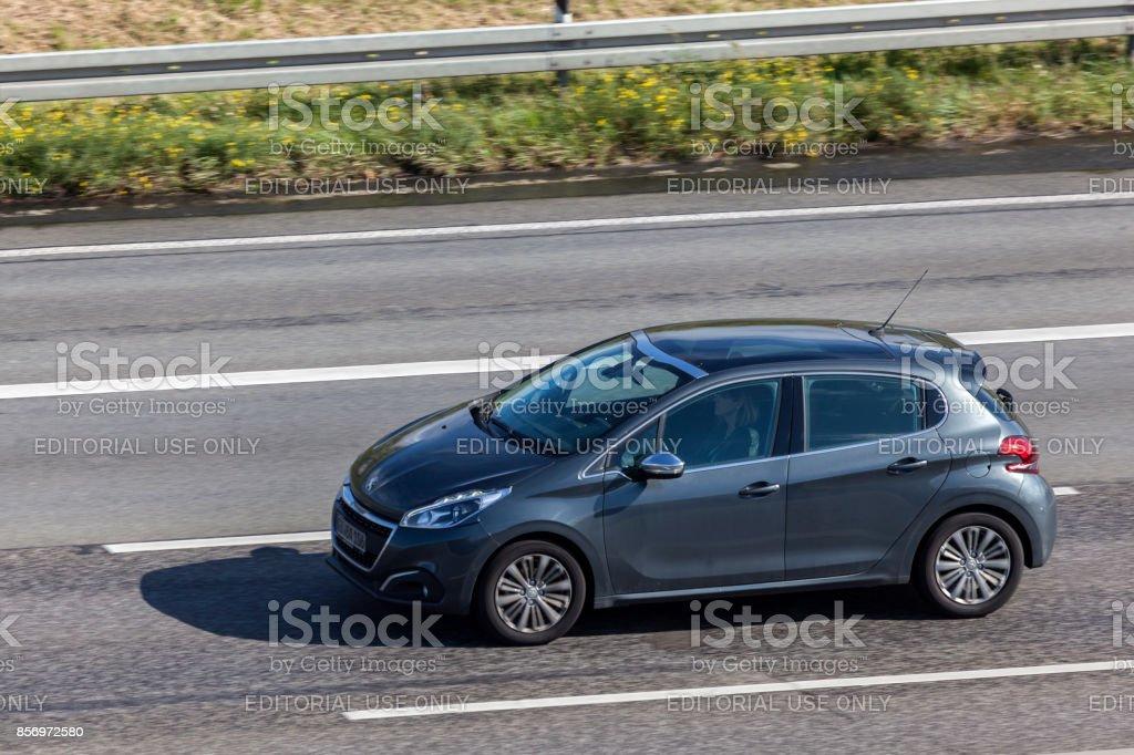 Peugeot 208 auf der Autobahn Lizenzfreies stock-foto