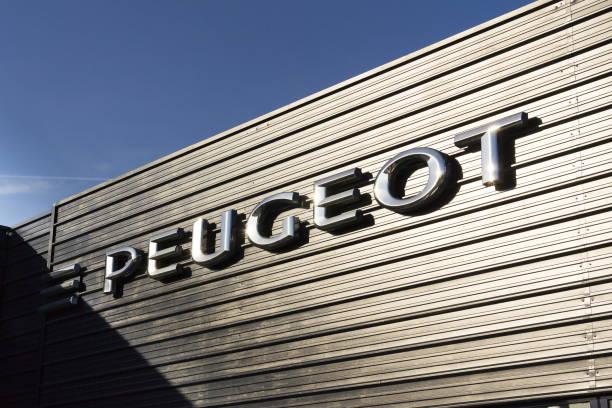 Peugeot Auto Firmenlogo vor Autohaus-Gebäude – Foto