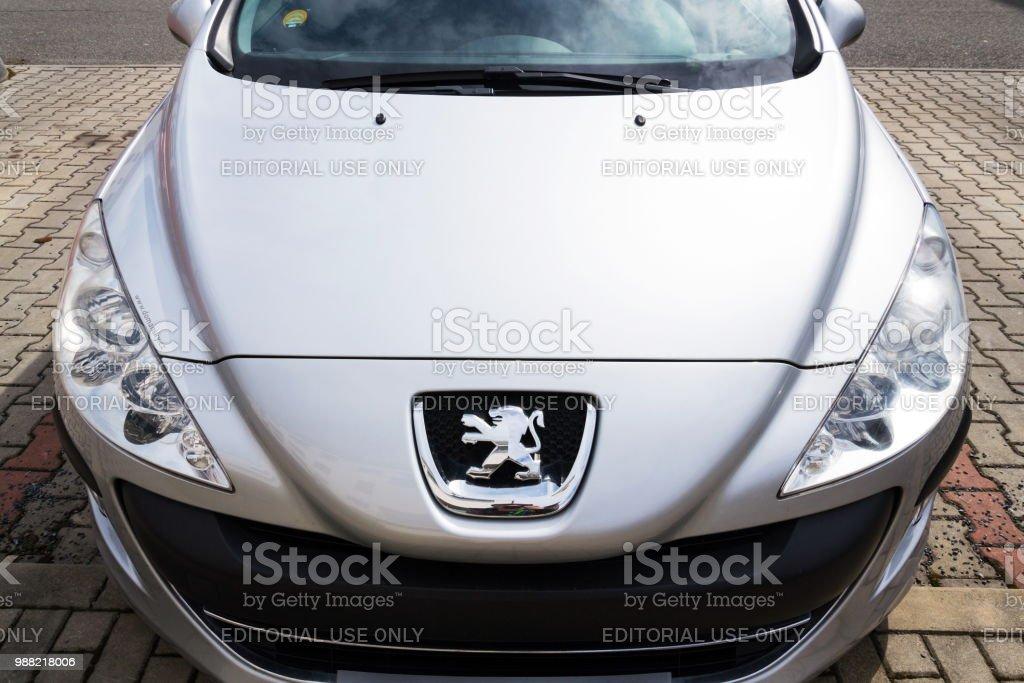 Peugeot-Firmenlogo auf silbernen Auto – Foto