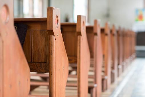 在一個具有歷史意義的教堂長椅 照片檔及更多 一組物體 照片