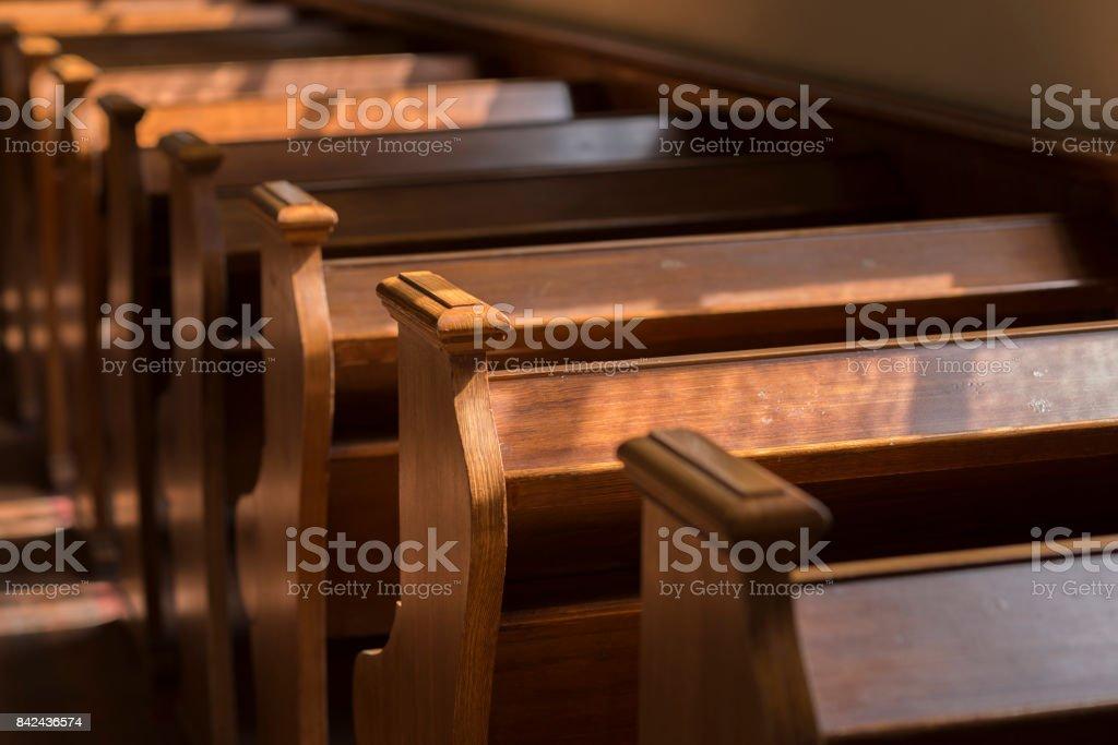 Bancos em uma igreja histórica - foto de acervo