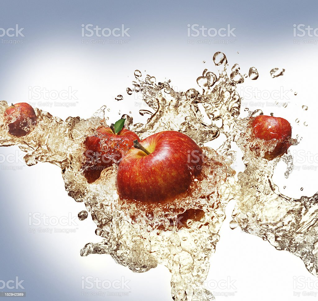 Äpfel in Saftstrahl – Foto