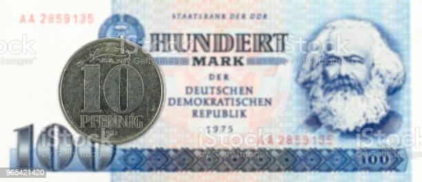 Foto de Moeda De 10 Pfennig Contra Histórico Nota De Banco 100 Marcos Alemães De Leste e mais fotos de stock de Alemanha Oriental