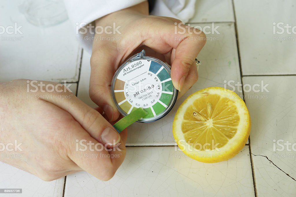 pH value determination (lemon fruit) stock photo