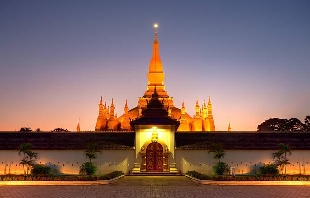 pha that luang stupa in der laotischen hauptstadt vientiane - laos stock-fotos und bilder