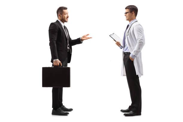 läkemedelsföretag representant tala med en läkare - hospital studio bildbanksfoton och bilder