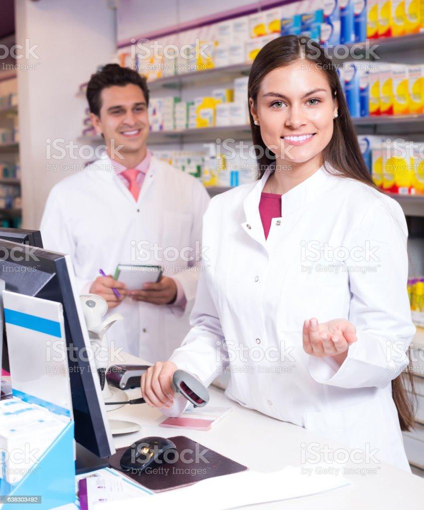 Farmacêutico na recepção de farmácia - foto de acervo