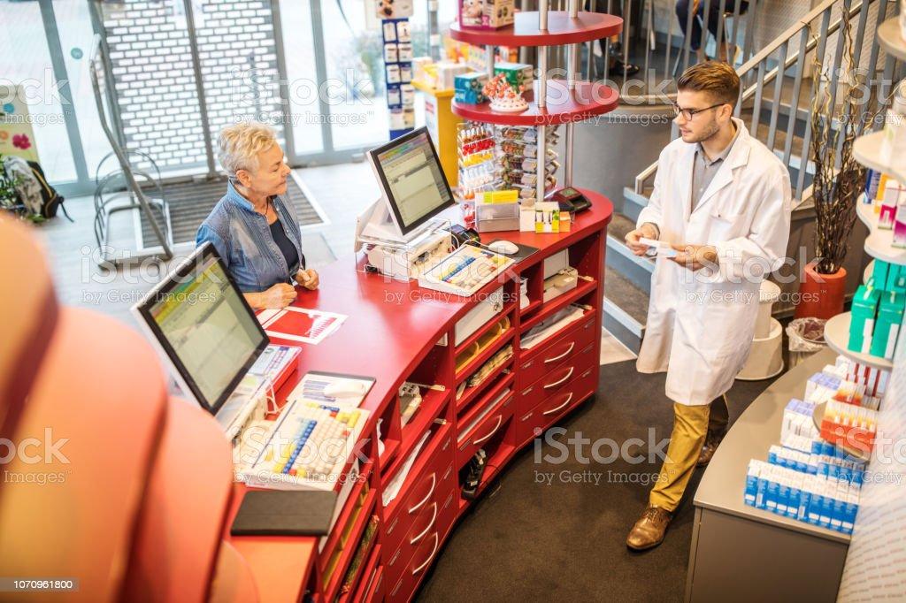 Apotheker Kunden vorgeschriebenen Medikamente – Foto
