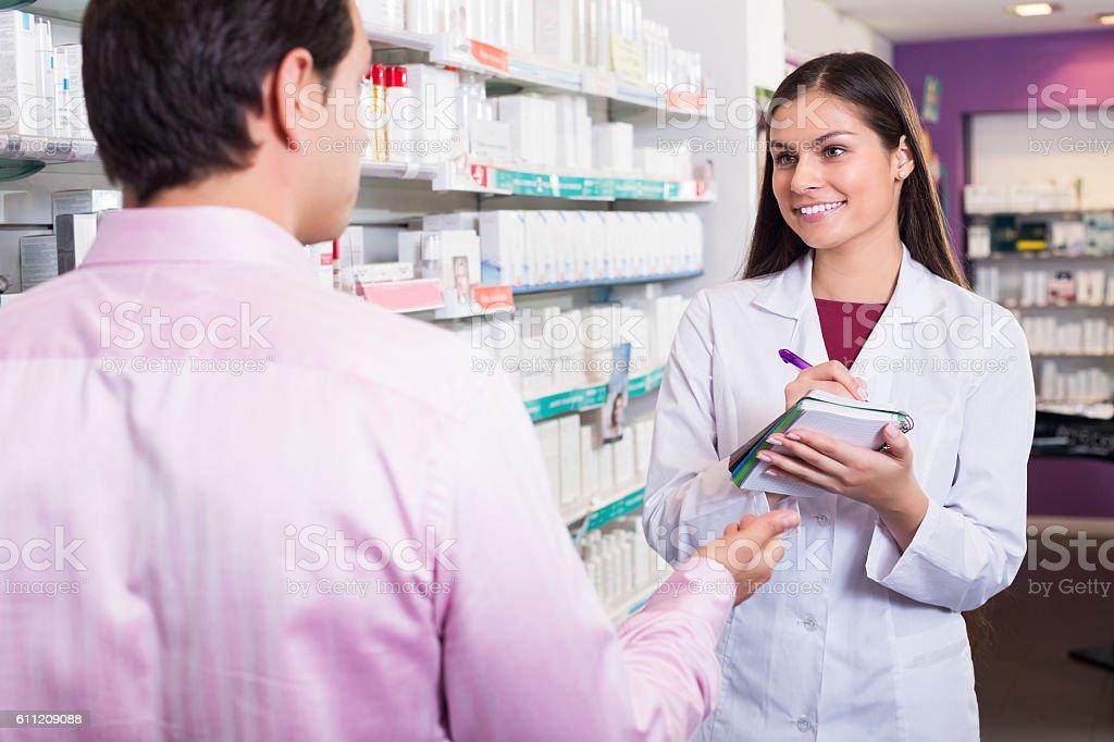 Aconselhamento cliente sobre medicamentos farmacêuticos - foto de acervo