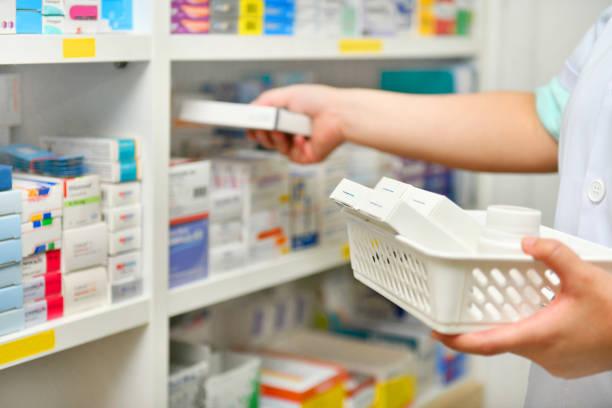 prescription de remplissage de pharmacien dans le magasin de pharmacie - photos de pharmacie photos et images de collection
