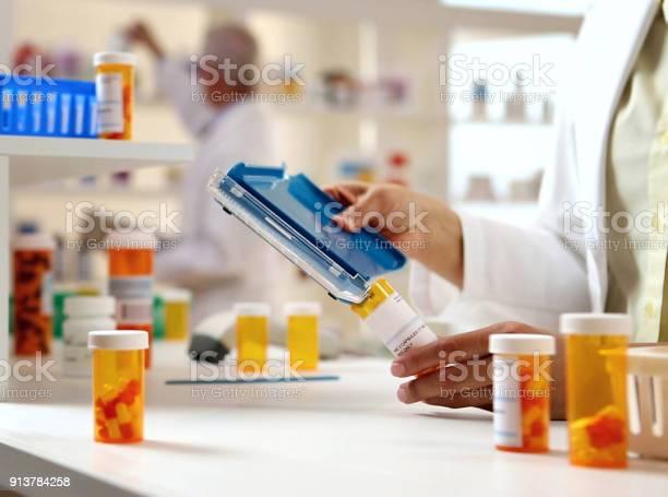 Pharmacist Filling Prescription - Fotografie stock e altre immagini di Antibiotico