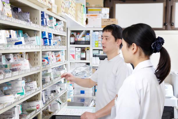 薬剤師 日本人男性と日本人女性 ストックフォト