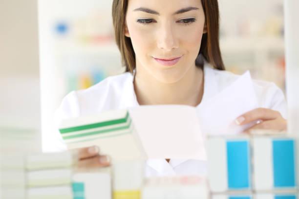 apotheker verschreibungspflichtige medizin vorbereitung lesen - spanische rezepte stock-fotos und bilder