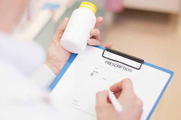 apothekerberuf liest arzt medizin - hack rezepte stock-fotos und bilder
