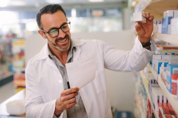 apotheker sucht die richtige medizin - lieblingsrezepte stock-fotos und bilder