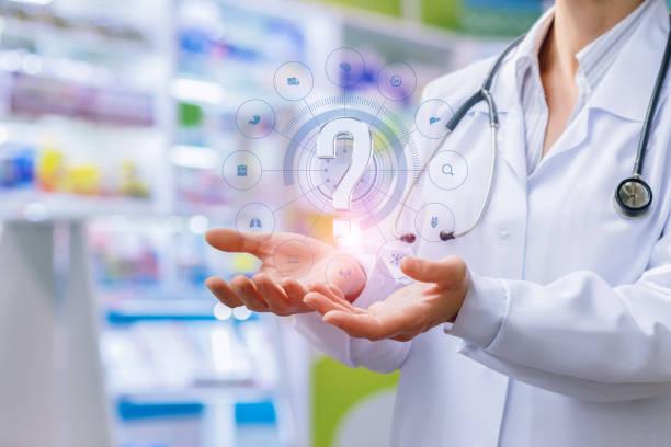 apotheker zeigt in den händen eines fragezeichens. - gesundheitsfragen stock-fotos und bilder