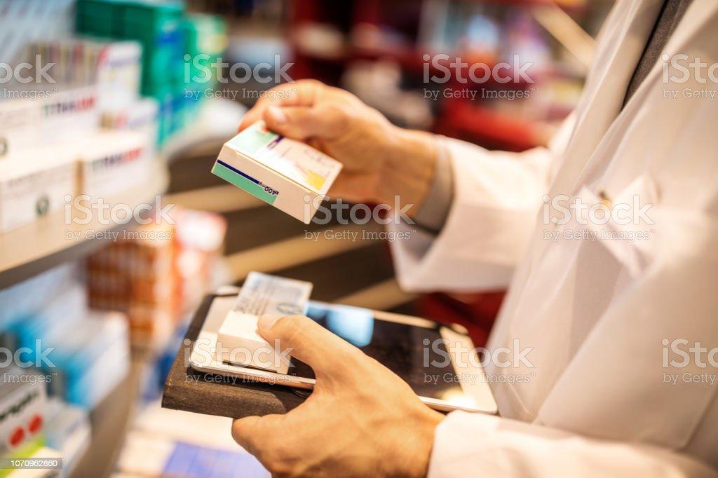 Apotheker eine Bestandsaufnahme mit digital-Tablette – Foto