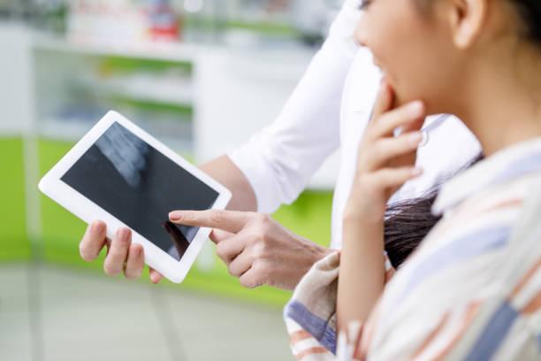 apotheker mit digital-tablette und kunden - tablet mit displayinhalt stock-fotos und bilder