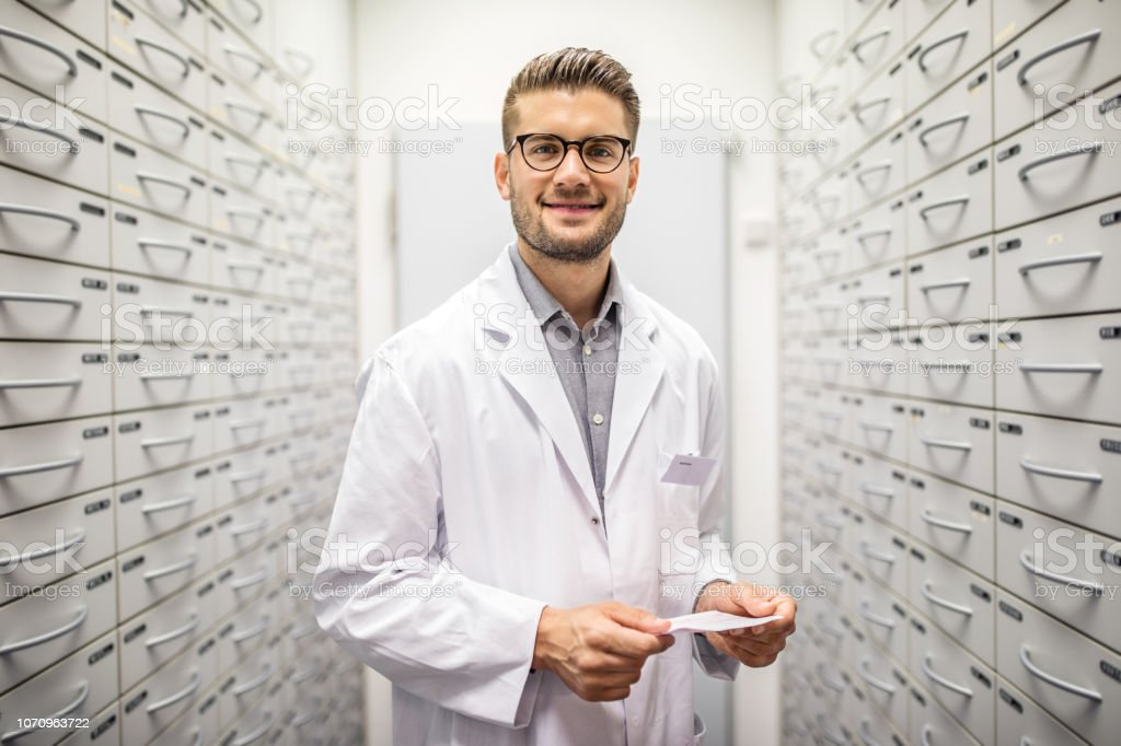 Apotheker Medizin Rezept im Lagerraum – Foto