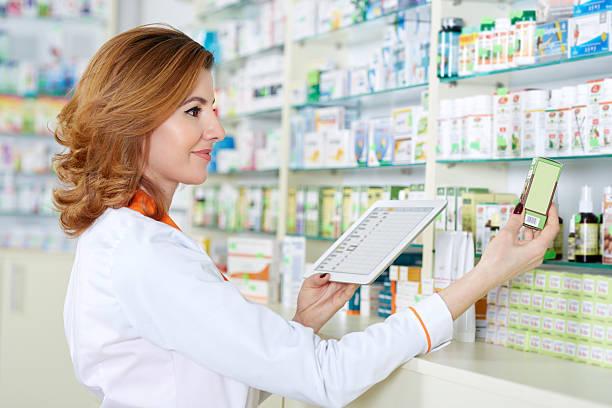 apotheker mit tablette und drogen - lieblingsrezepte stock-fotos und bilder