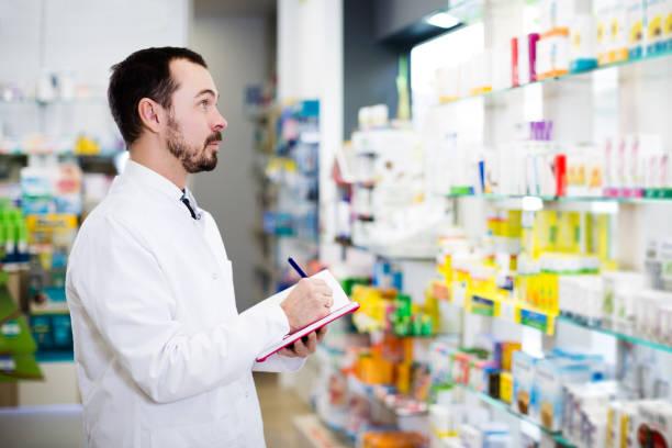 apotheker aufschreiben sortiment von medikamenten - spanische rezepte stock-fotos und bilder