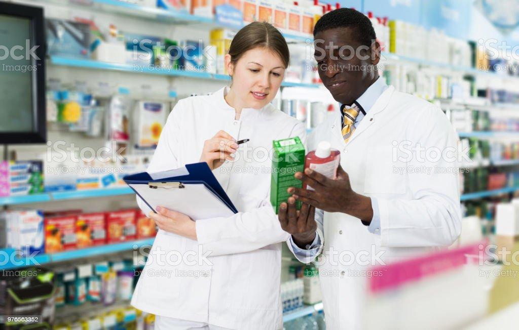 farmacêuticos, inventário de medicamentos na farmácia - foto de acervo