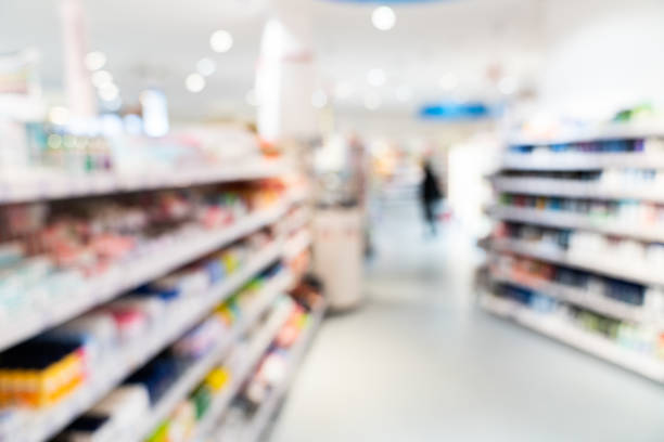 apotek och kosmetika butik. suddig bakgrund - dagligvaruhandel, hylla, bakgrund, blurred bildbanksfoton och bilder