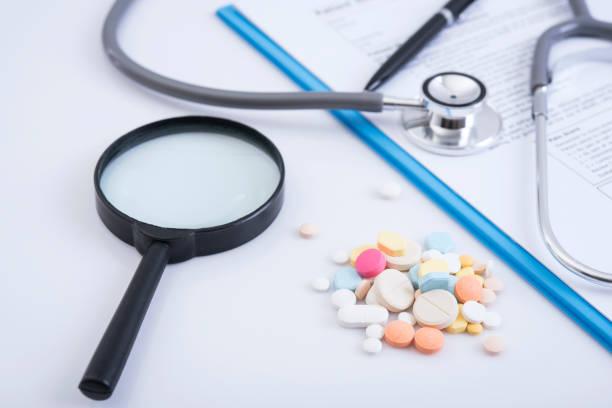 Apotheke-Hintergrund auf Tisch. Stethoskop und Rezept Papier mit bunten Medizin. – Foto