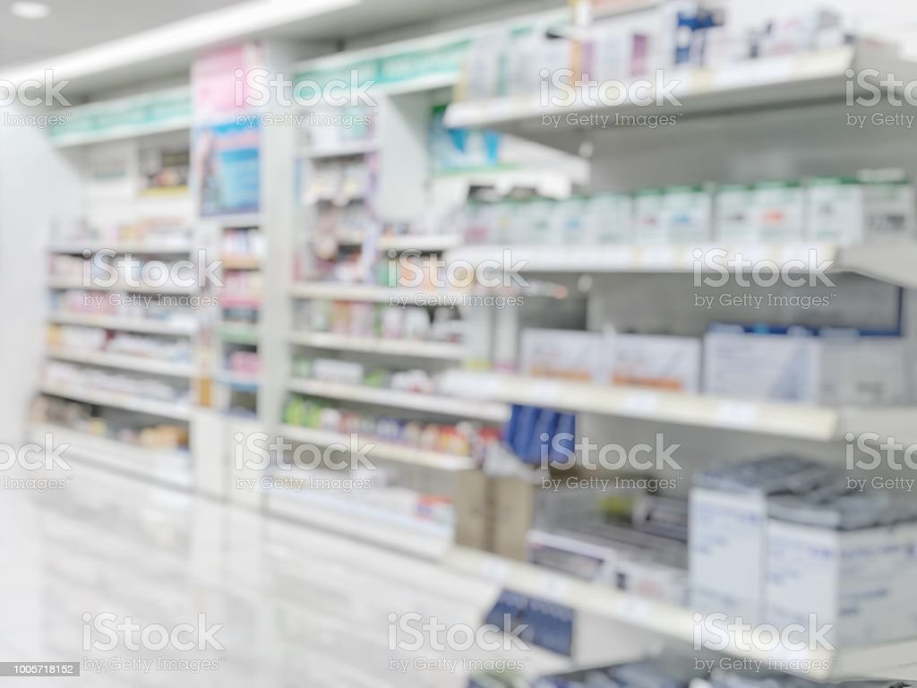 Pharmacy store or drugstore blur background with drug shelf and blurry pharmaceutical products, cosmetic and medication supplies on shelves inside retail shop interior - Royalty-free Acima Foto de stock