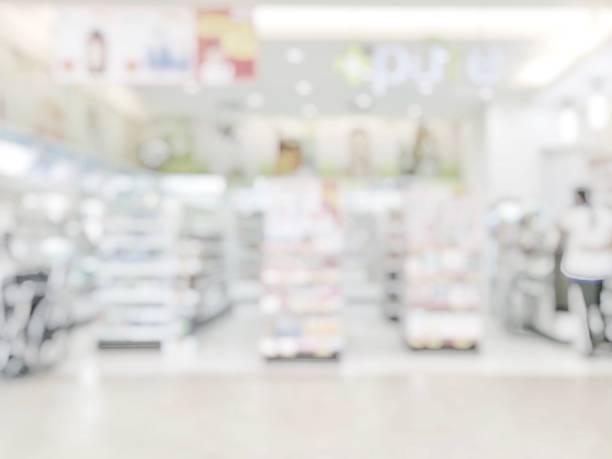 apotek butik eller apotek oskärpa bakgrund med drogen hylla och suddiga farmaceutiska produkter, kosmetika och läkemedel varor på hyllor inuti retail butiksinredningen - dagligvaruhandel, hylla, bakgrund, blurred bildbanksfoton och bilder