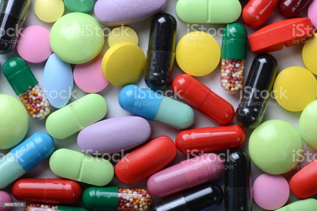 Apotheek thema. Veelkleurige geïsoleerde pillen en Capsules. - Royalty-free Antibioticum Stockfoto