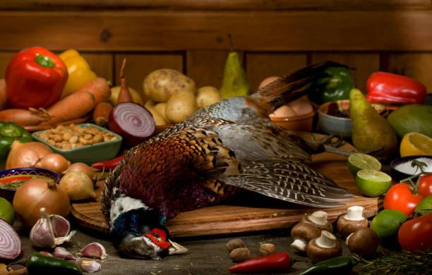 faisan avec des ingrédients - faisan gibier à plume photos et images de collection