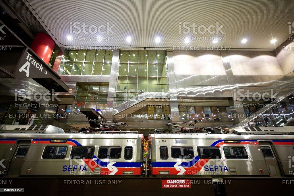 Filadélfia, PA, Estados Unidos da América - 25 de janeiro de 2017; Um moderno trem de SEPTOS Silverliner V chega à estação de Jefferson em Center City Philadelphia, PA. - foto de acervo