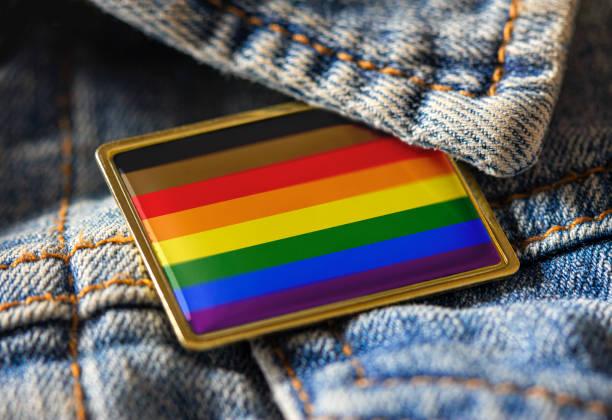 lgbtqのアイデンティティ、誇り、活動のためのデニムジャケットにカラーインクルーシブフラッグピンのフィラデルフィアの人々。交差フラグの設計は、すべての用途に対応するパブリック � - lgbtqi  ストックフォトと画像
