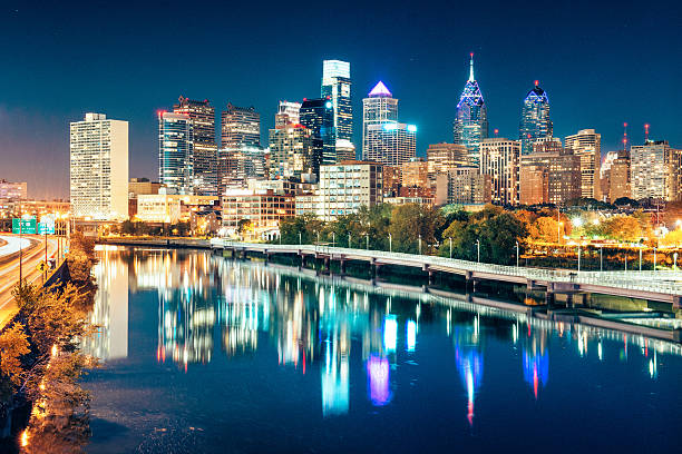 philadelphia skyline at dusk - philadelphia skyline stock photos and pictures