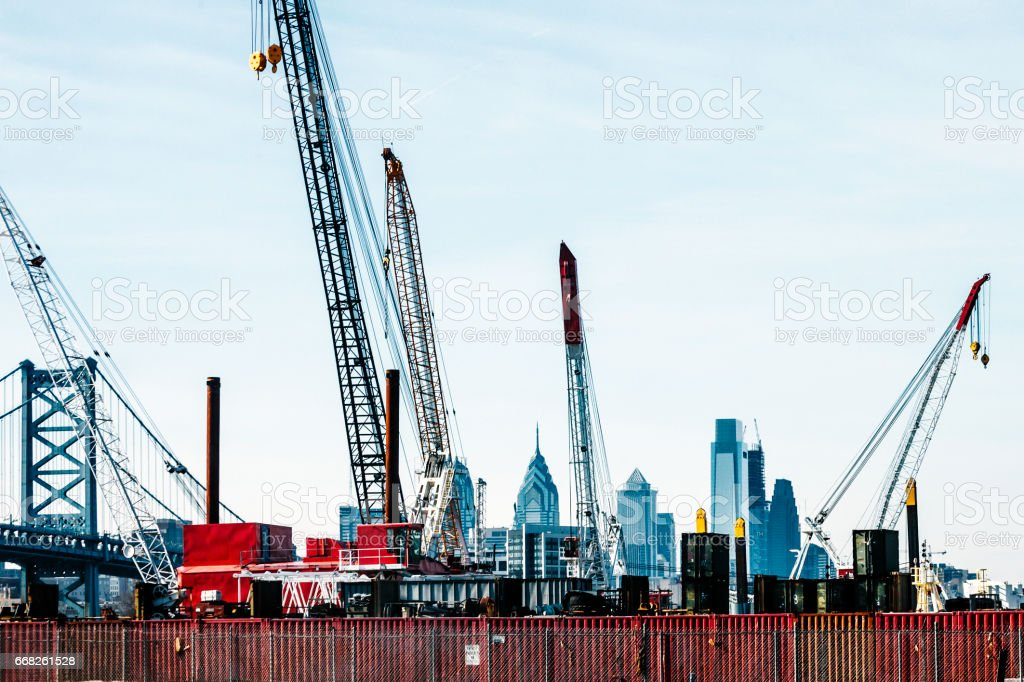 Philadelphia skyline behind construction cranes. foto stock royalty-free