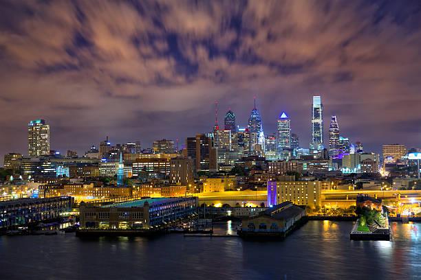 vue sur la ville de philadelphie - rivière delaware photos et images de collection